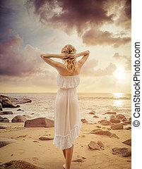 csábító, kisasszony, gyalogló, képben látható, a, nyár, tengerpart