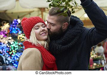 csókolózás, alatt fagyöngy, van, egy, tradíció