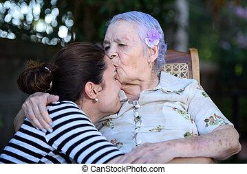 csókolózás, grandaughter, nagyanyó