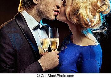 csókolózás, párosít, birtok, glases, közül, egy, pezsgő