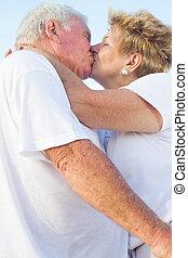 csókolózás, senior összekapcsol, szabadban