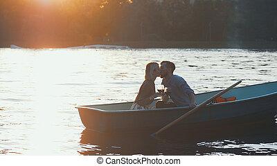 csókolózás, young párosít, alatt, egy, csónakázik