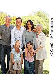 család, álló, a parkban