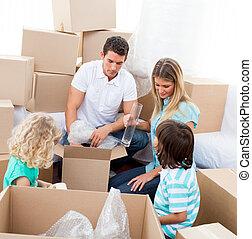 család, épület, dobozok, időz, csomagolás, mozgató, boldog