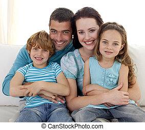 család, ül dívány, együtt
