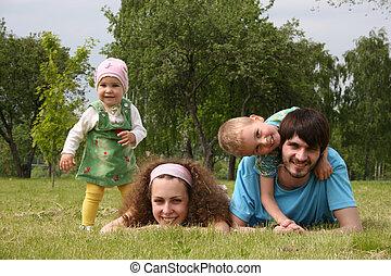 család 4, képben látható, fű