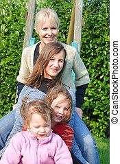 család, a kertben