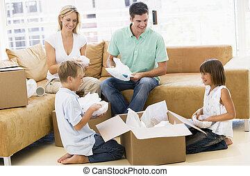 család, dobozok, otthon, új, mosolygós, kicsomagoló