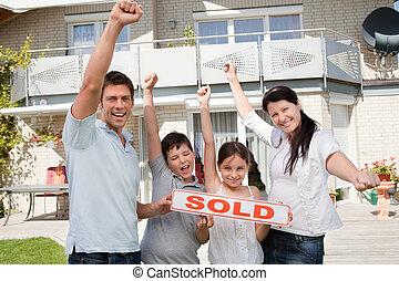 család, -eik, épület, misét celebráló, új, vásárlás, boldog