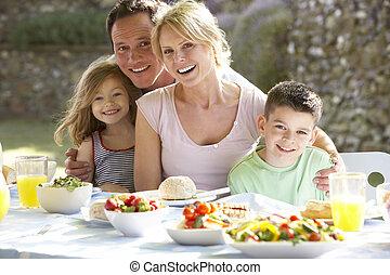 család eszik, egy, al fresco, étkezés