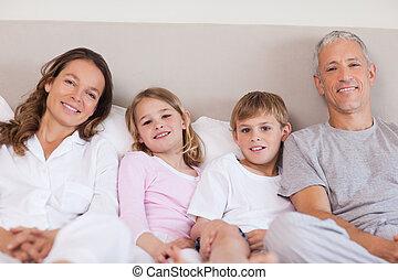 család, fekvő, ágy
