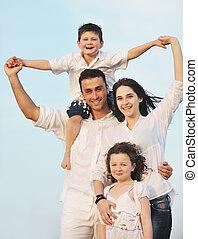 család, fiatal, szórakozik, tengerpart, boldog