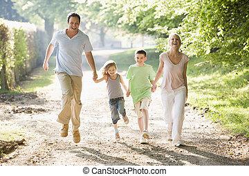 család, futás, szabadban, hatalom kezezés, és, mosolygós