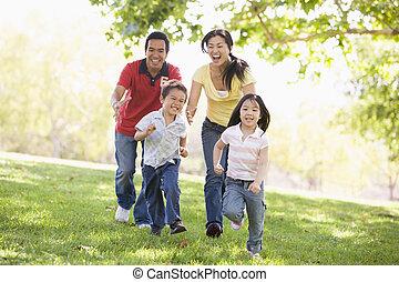 család, futás, szabadban, mosolygós