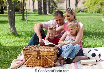 család, having piknikel, alatt, egy, liget