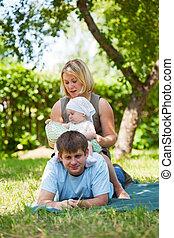 család, having piknikel, dísztér