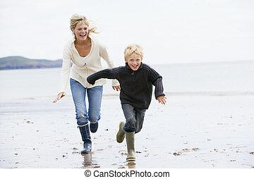 család, játék futball, -ban, tengerpart, mosolygós