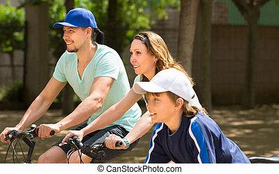 család, közül, három, a parkban, noha, bicycles