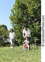 család, közül, három, játék, a parkban