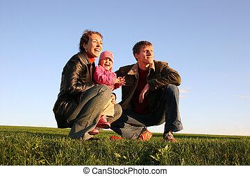 család, közül, három, napnyugta, kaszáló