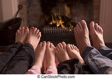 család lábfej, melegítés, -ban, egy, kandalló