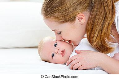 család, neki, újszülött, anya, csecsemő, csókolózás, boldog