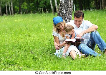család, noha, egy, young lány, felolvas, a, biblia