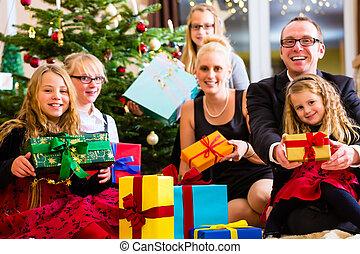 család, noha, halmok, közül, christmas ajándék, alatt, fa