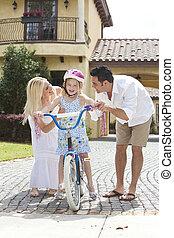 család, noha, leány, elnyomott bicikli, &, boldog, szülők