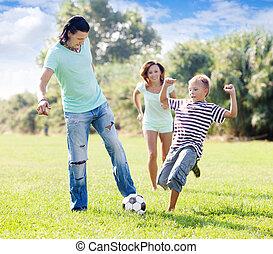 család, noha, tizenéves, gyermekek játék, noha, focilabda