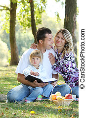 család, olvas, a, biblia, alatt, természet