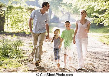 család, szabadban, futás, hatalom kezezés, mosolygós