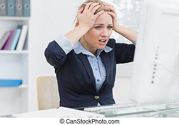 csalódott, ügy woman, előtt, számítógép, -ban, hivatal...