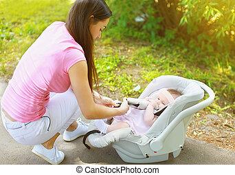 csecsemő autó leültet