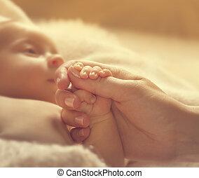 csecsemő, birtok, anya, kézbesít, beteg, újszülött, egészség, új érint, kölyök, segítség