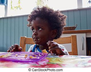 csecsemő eszik, imádnivaló, fekete, afrikai