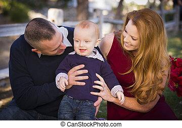 csecsemő, fiú, és, fiatal, hadi, szülők, játék, a parkban