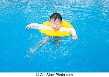 csecsemő fiú, elfoglaltságok, képben látható, a, pocsolya,...