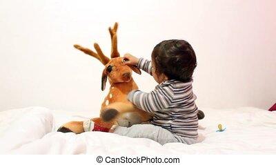 csecsemő fiú, játék, noha, kedves, halk apró