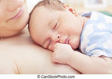 csecsemő, hozzásimulás, anya