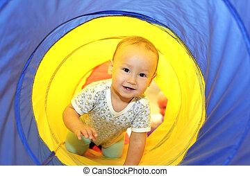 csecsemő, játék, alatt, cső