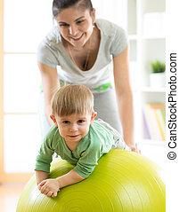 csecsemő, játék, noha, gymnastic labda, noha, anya, otthon