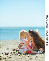 csecsemő lány, tengerpart, játék, anya
