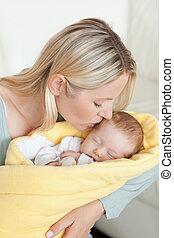 csecsemő, neki, anya, homlok, gyengéd, csókolózás