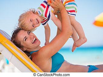 csecsemő, portré, tengerpart, játék, anya