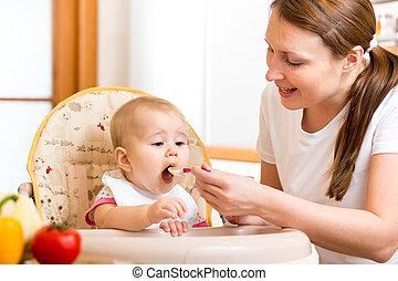 csecsemő, táplálás, anya, kanál