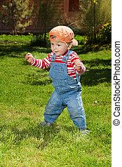 csinál, totyogó kisgyerek, lépések, kert, először