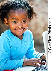 csinos, afrikai, leány, gépelés, képben látható, laptop.