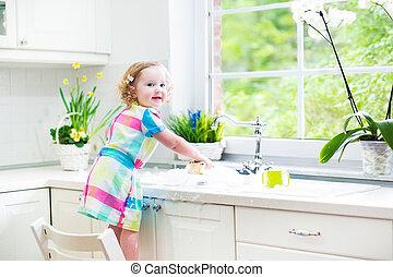 csinos, göndör, totyogó kisgyerek, mosakszik tál