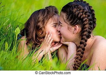 csinos, két, lánytestvér, mosoly, fű, fekvő